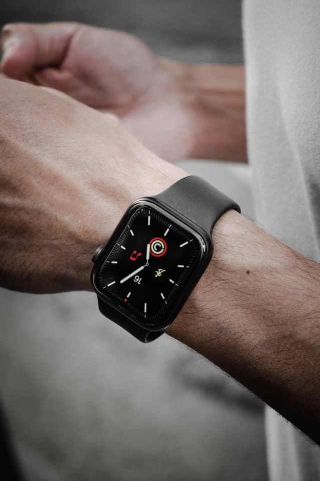 как се свързва смарт часовник с телефон